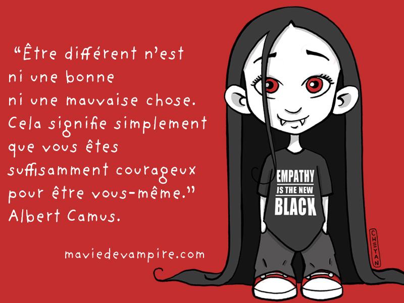 """Zabeth porte un t-shirt """"Empathy is the new black."""" Être différent n'est ni une bonne ni une mauvaise chose. Cela signifie simplement que vous êtes suffisamment courageux pour être vous-même. Albert Camus"""